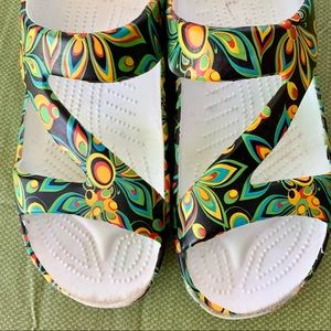 DAWGS  Sandals Size 10/42 Flower Pattern